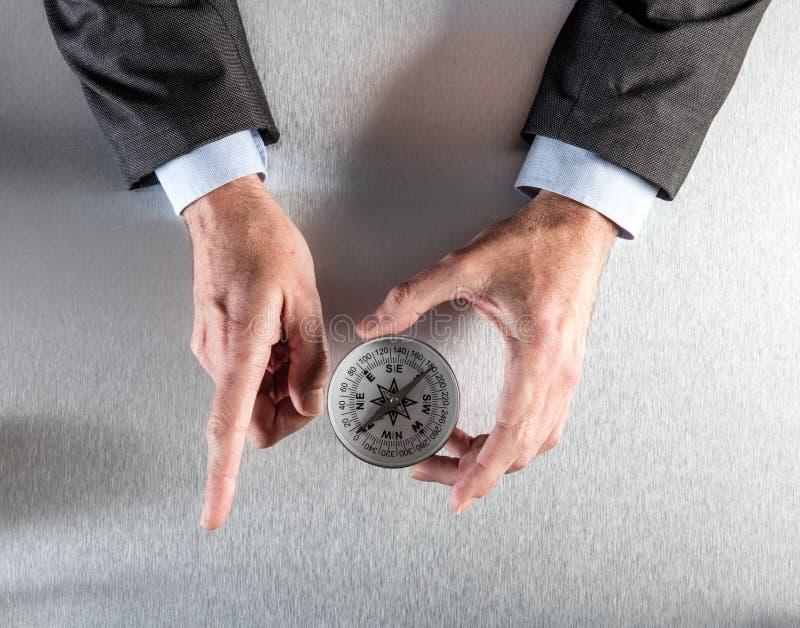 El hombre de negocios da mostrar la dirección o la manera corporativa adelante imágenes de archivo libres de regalías