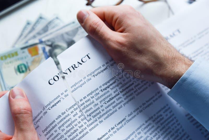 El hombre de negocios decepcionado o engañado rasga para arriba un contrato imágenes de archivo libres de regalías
