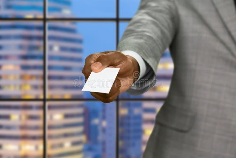 El hombre de negocios del Afro da la tarjeta de la visita fotografía de archivo