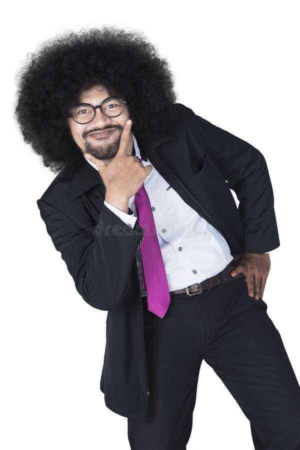 El hombre de negocios del Afro parece divertido en el estudio imágenes de archivo libres de regalías