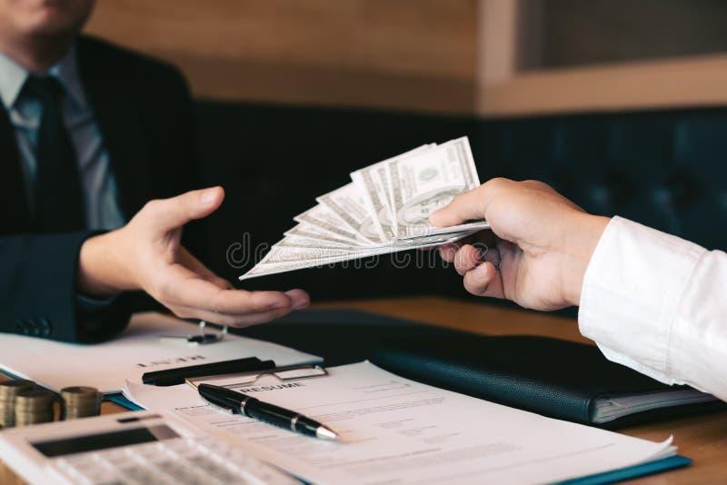 El hombre de negocios dio a dinero conceptos comerciales del nuevo hogar y de las propiedades inmobiliarias foto de archivo