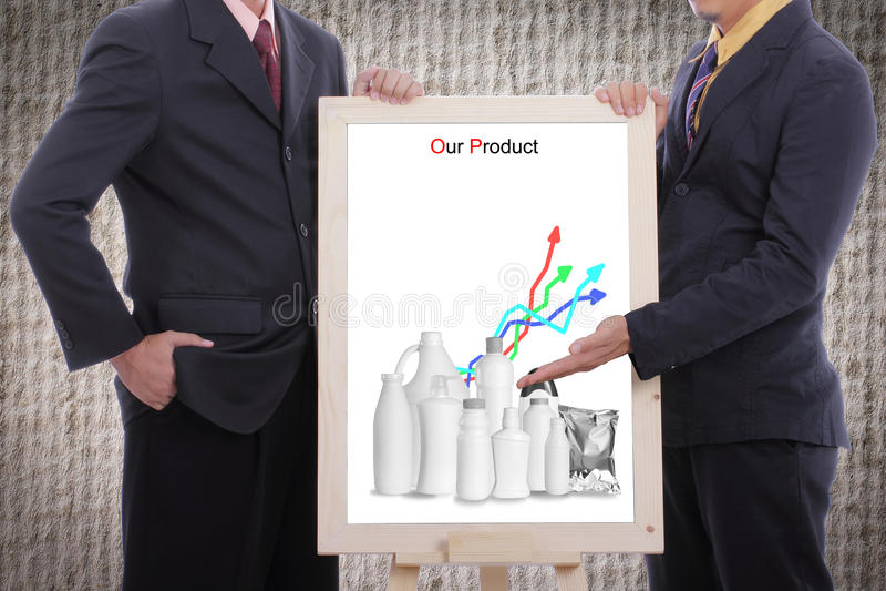 El hombre de negocios discute y muestra nuestro producto al cliente fotos de archivo libres de regalías