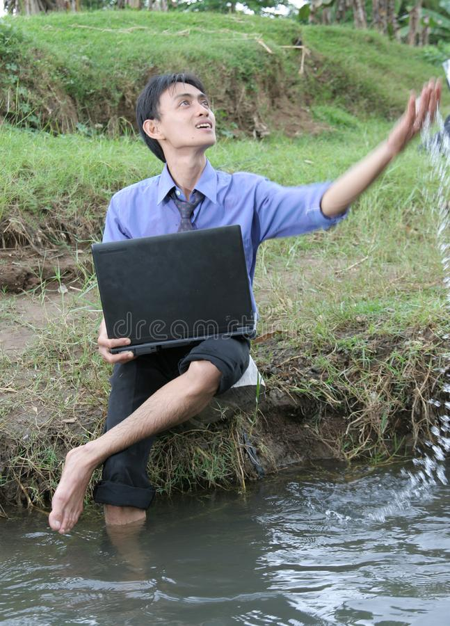 El hombre de negocios disfruta de la naturaleza