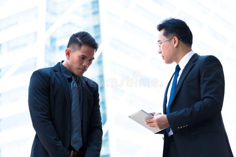 El hombre de negocios de dos asiáticos tiene hablar para la visión del negocio fotografía de archivo libre de regalías