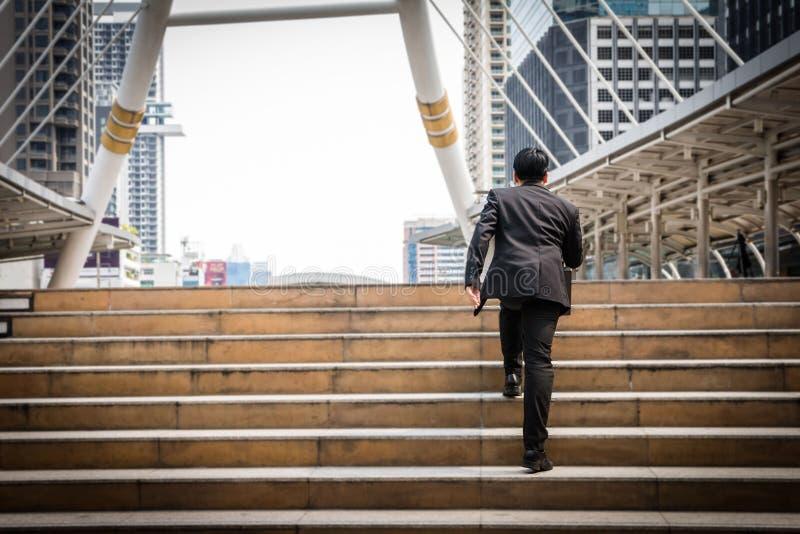 El hombre de negocios elegante está caminando en los pasos y está dirigiendo a su goa imágenes de archivo libres de regalías