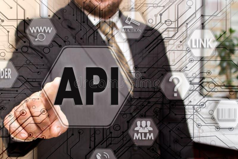 El hombre de negocios elige el API, interfaz de programación de uso en una pantalla táctil Concepto API fotografía de archivo libre de regalías