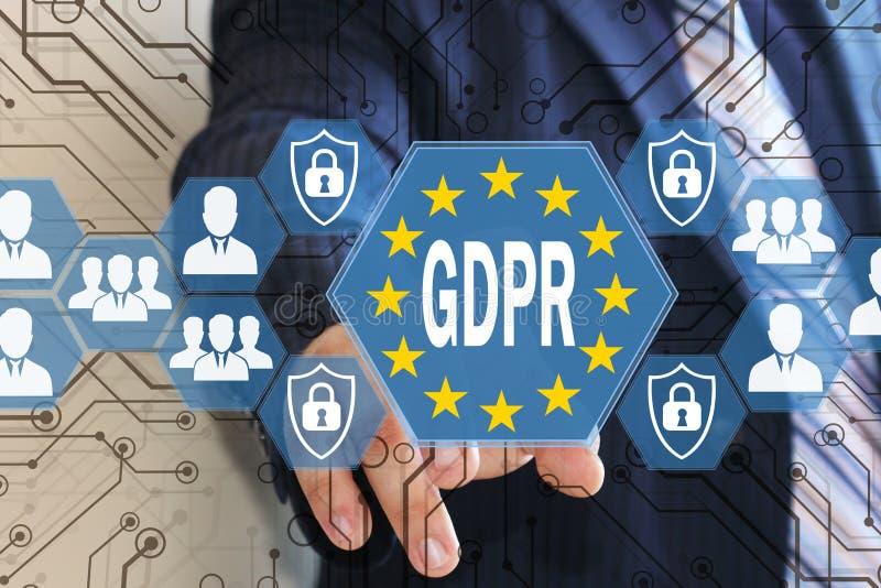 El hombre de negocios elige el GDPR en la pantalla táctil Concepto general de la regulación de la protección de datos