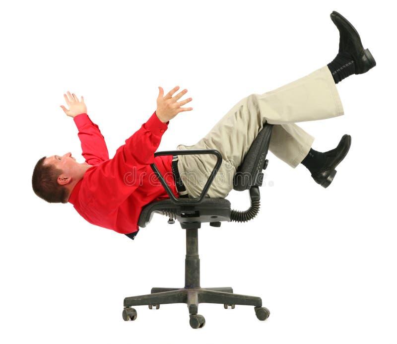 El hombre de negocios en camisa roja se cae de parte superior de las sillas imágenes de archivo libres de regalías