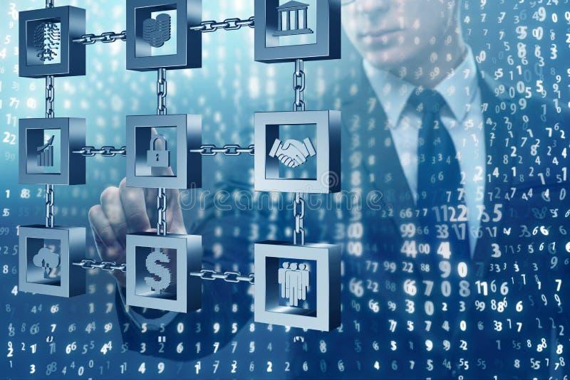 El hombre de negocios en concepto del cryptocurrency del blockchain imagenes de archivo