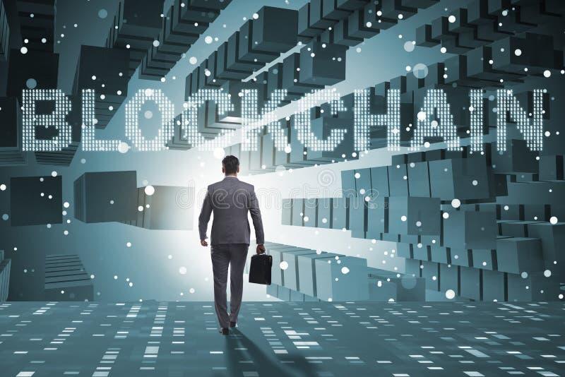 El hombre de negocios en concepto del cryptocurrency del blockchain foto de archivo