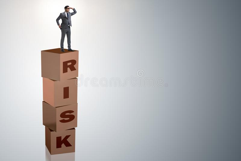 El hombre de negocios en concepto del negocio del riesgo y de la recompensa libre illustration