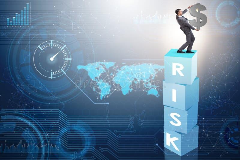 El hombre de negocios en concepto del negocio del riesgo y de la recompensa imagenes de archivo