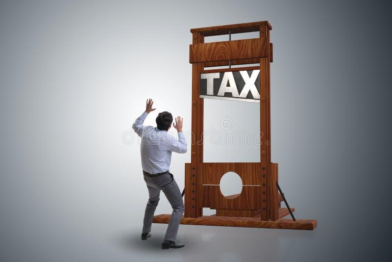 El hombre de negocios en concepto pesado del negocio de los altos impuestos imagen de archivo