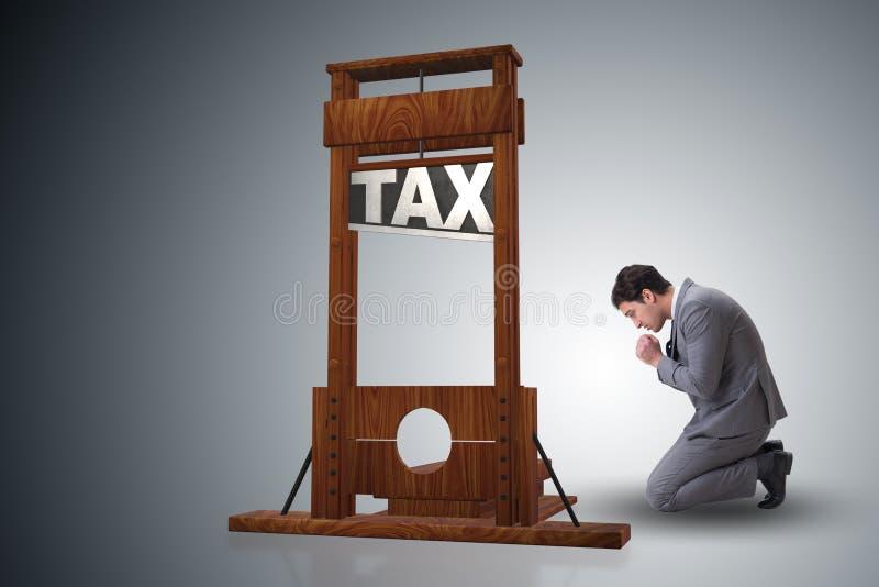 El hombre de negocios en concepto pesado del negocio de los altos impuestos imagenes de archivo