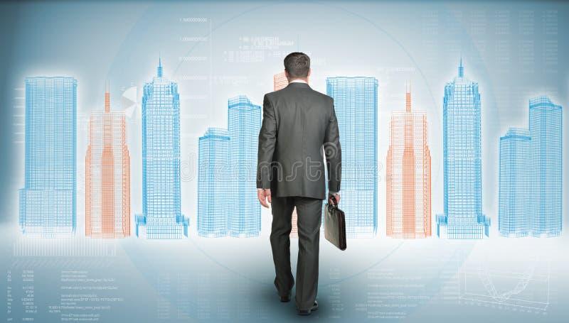 El hombre de negocios en el traje que sostiene la cartera y va imagenes de archivo