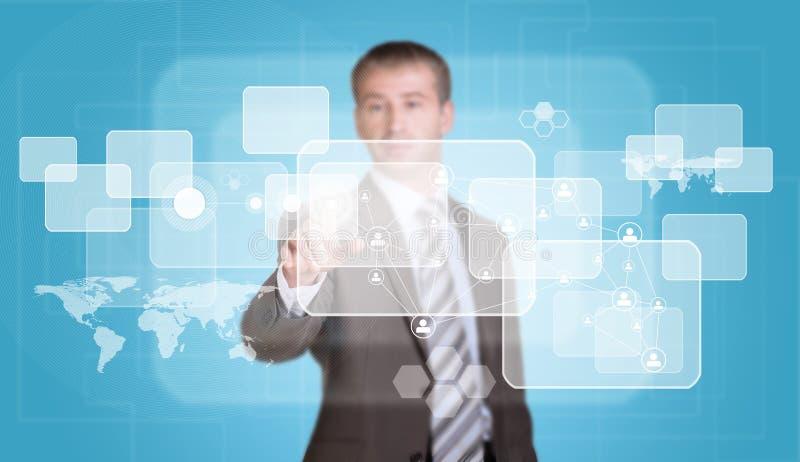El hombre de negocios en finger del traje presiona el botón virtual ilustración del vector
