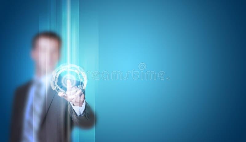 El hombre de negocios en finger del traje presiona el botón virtual foto de archivo