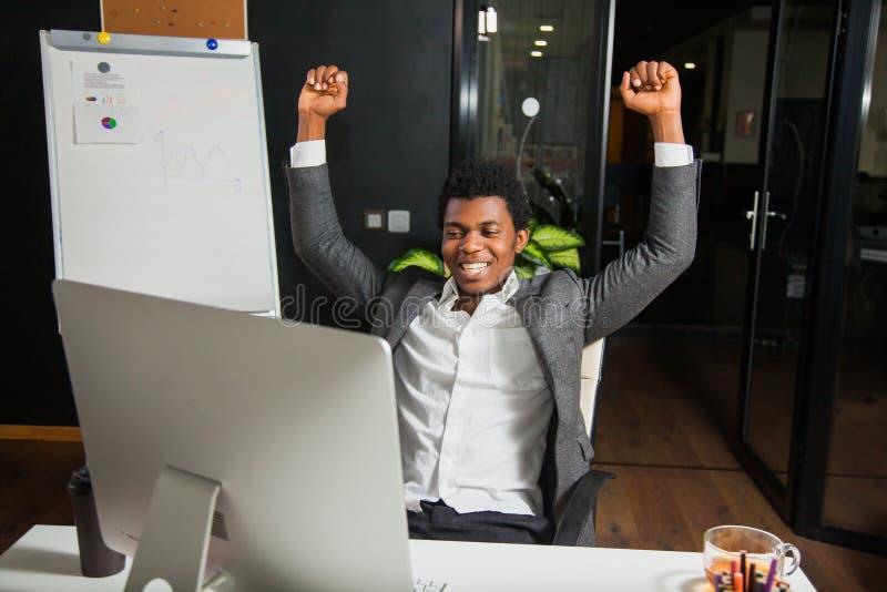 El hombre de negocios en la oficina, gesto del éxito, meta alcanzó, hombre feliz fotos de archivo