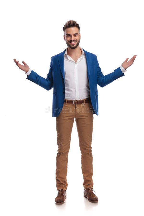 El hombre de negocios en la situación y el saludo del traje con los brazos se abrió fotografía de archivo