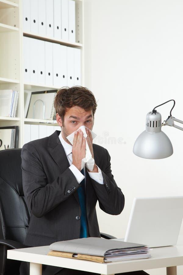 El hombre de negocios en oficina es enfermo imágenes de archivo libres de regalías