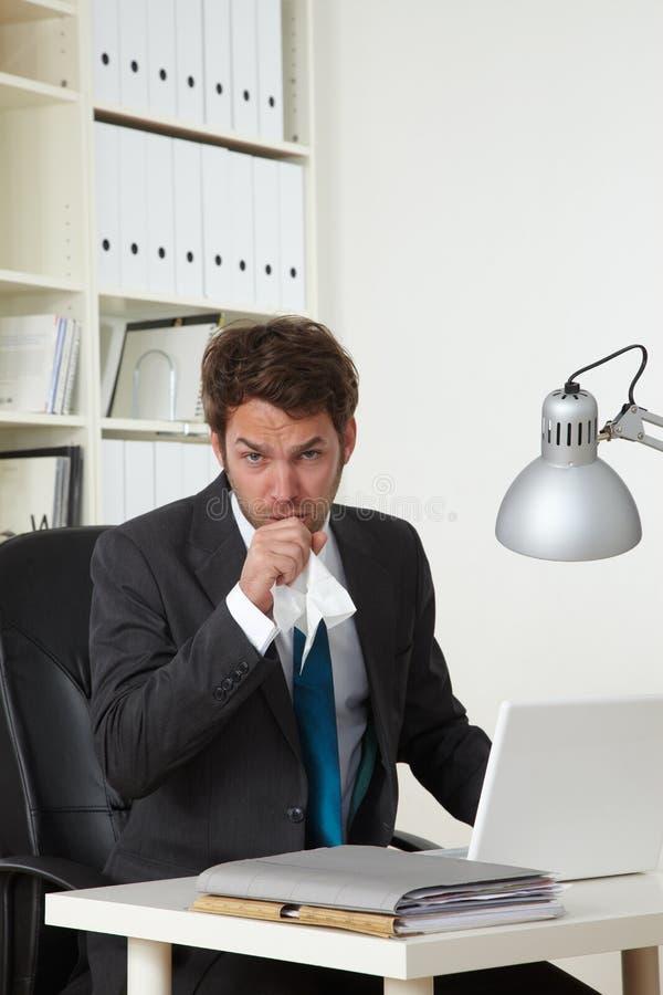 El hombre de negocios en oficina es enfermo imagenes de archivo