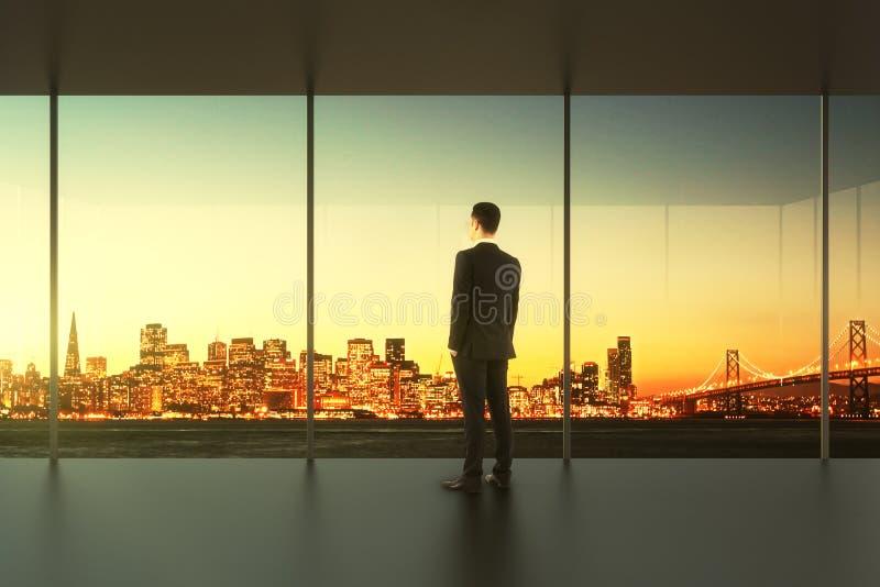 El hombre de negocios en oficina vacía se coloca en la ventana imágenes de archivo libres de regalías