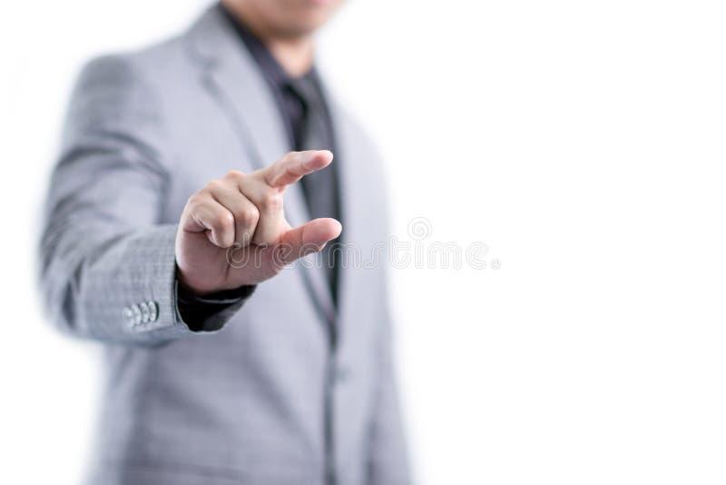 El hombre de negocios en traje gris está mostrando algo entre los fingeres imagen de archivo libre de regalías