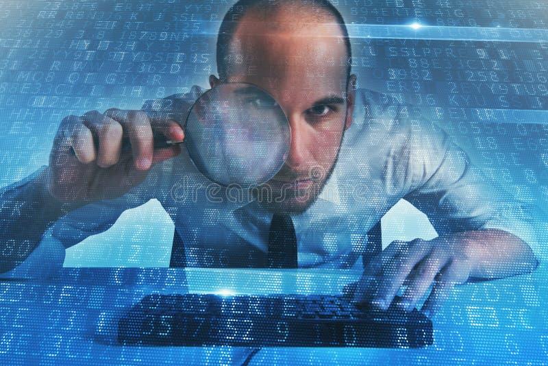 El hombre de negocios encontró un acceso por puerta trasera en un ordenador Concepto de seguridad de Internet foto de archivo