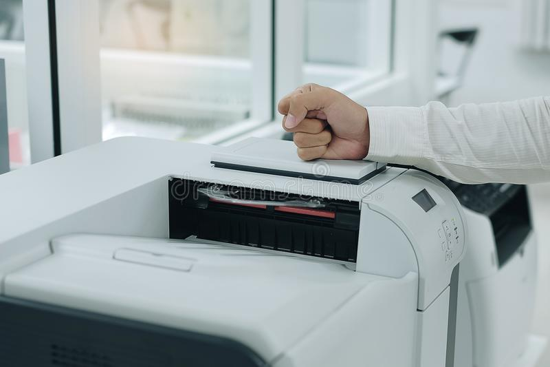 el hombre de negocios enojado bate su puño en el escáner de impresora foto de archivo