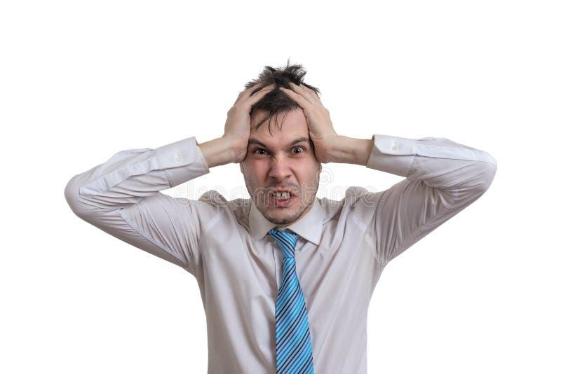 El hombre de negocios enojado está llevando a cabo su cabeza Aislado en el fondo blanco imagen de archivo