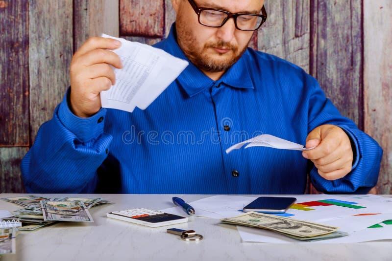 El hombre de negocios enojado tiene tensión y los problemas con malos informes, él rompe documentos fotos de archivo libres de regalías