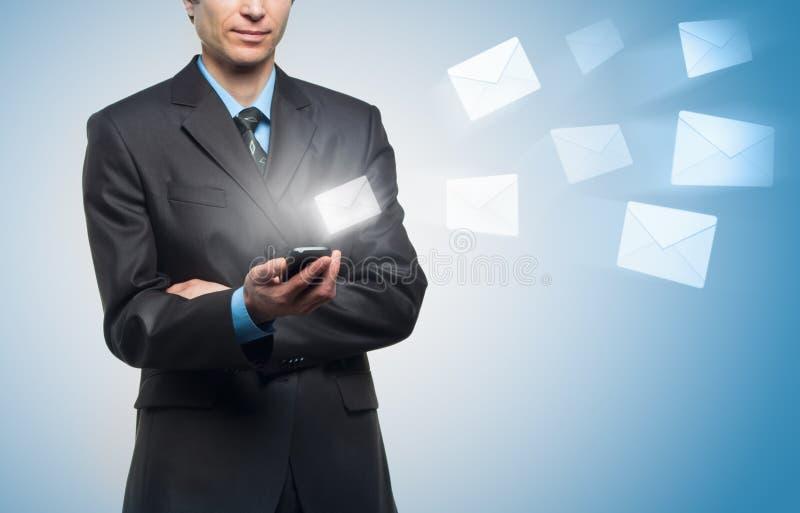 El hombre de negocios envía un mensaje virtual foto de archivo libre de regalías