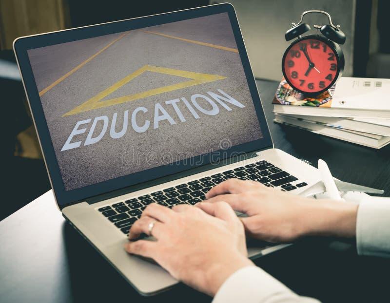 El hombre de negocios es camino en línea de la educación al éxito imagenes de archivo