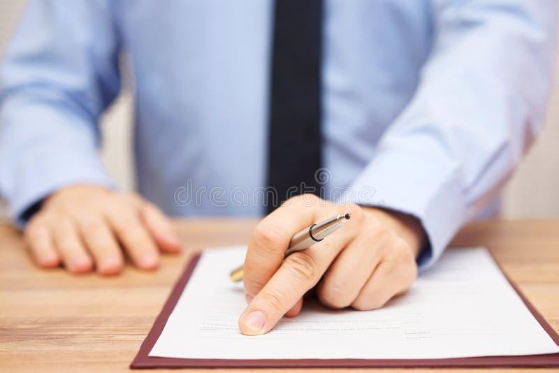 El hombre de negocios es mostrando a cliente donde firmar trato o el em muy bueno fotos de archivo
