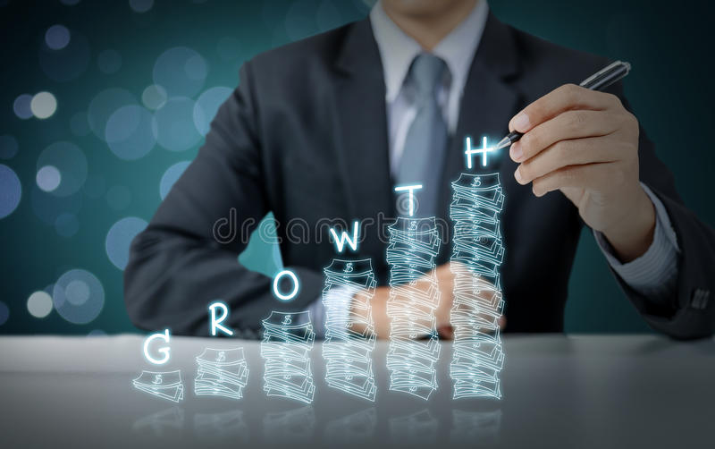 El hombre de negocios escribe el gráfico cada vez mayor del dinero con crecimiento fotografía de archivo