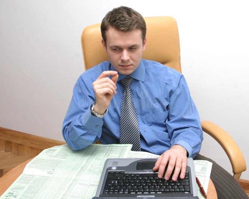 El Hombre De Negocios Está Controlando Datos Fotos de archivo libres de regalías