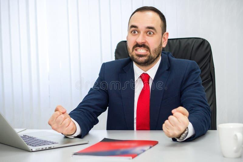 El hombre de negocios está enojado debido a una transacción fallada fotografía de archivo libre de regalías