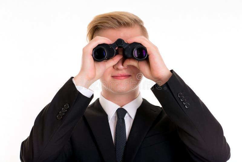 El hombre de negocios está mirando a través de los prismáticos imagenes de archivo