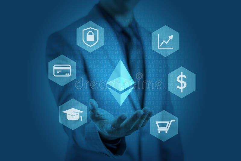 El hombre de negocios está mostrando el gráfico del ethereum en las manos fotografía de archivo libre de regalías