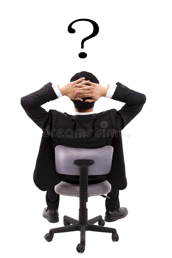 El hombre de negocios está pensando y signo de interrogación foto de archivo