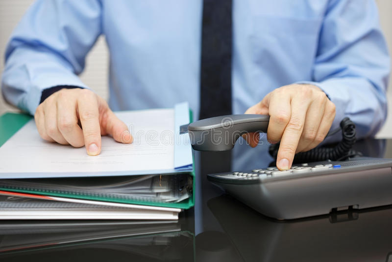 El hombre de negocios está pidiendo ayuda cuando está recibido mucho docume imágenes de archivo libres de regalías