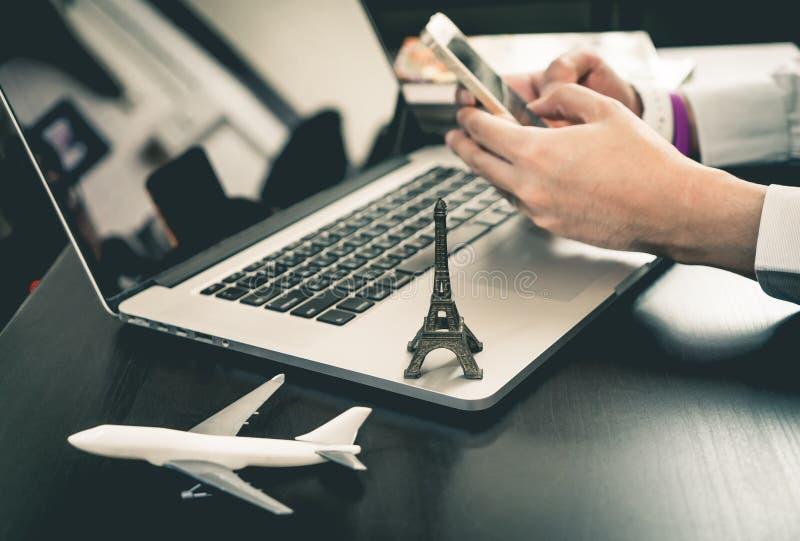 El hombre de negocios está reservando viaje en el teléfono imagen de archivo libre de regalías