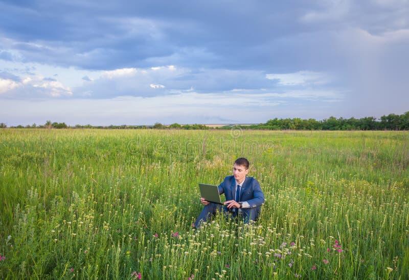 El hombre de negocios está trabajando en la naturaleza imagen de archivo