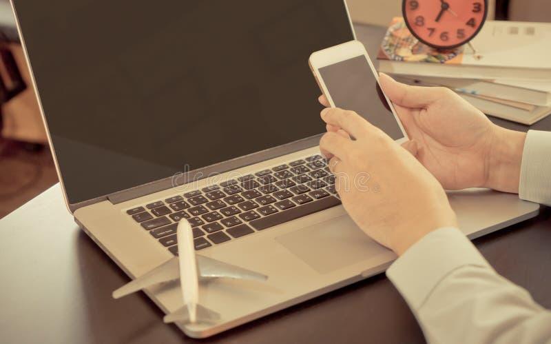 El hombre de negocios está utilizando el smartphone para el viaje de negocios imagen de archivo
