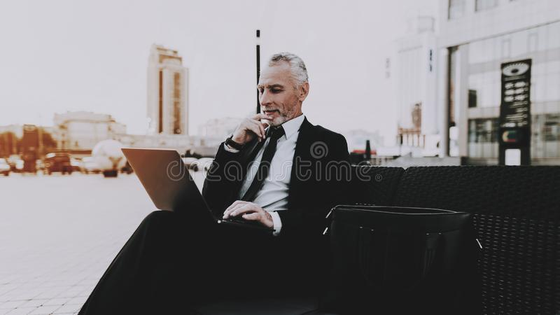 El hombre de negocios está utilizando un ordenador portátil fotos de archivo libres de regalías