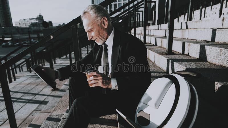 El hombre de negocios está utilizando un Tablet PC foto de archivo