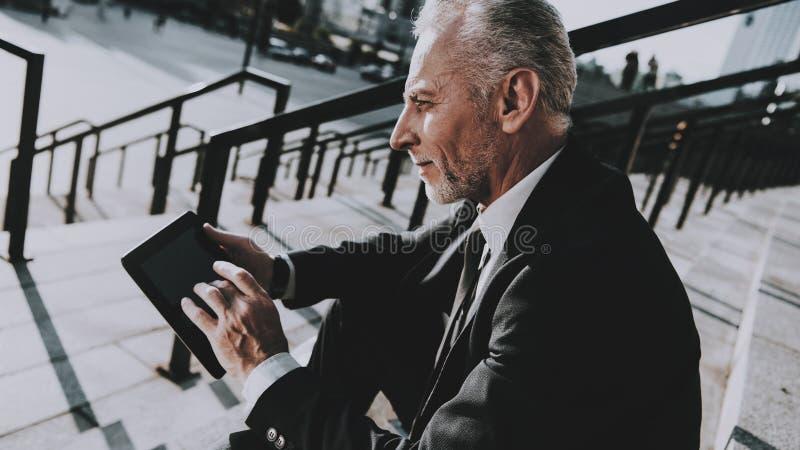 El hombre de negocios está utilizando un Tablet PC imagen de archivo libre de regalías