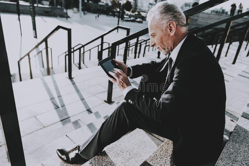 El hombre de negocios está utilizando un Tablet PC fotos de archivo