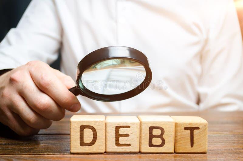 El hombre de negocios explora deuda Estudio de la estructura de la deuda, de la reestructuración y de la abolición de las penas,  imagenes de archivo