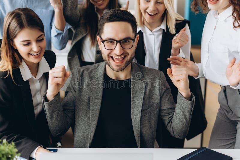 El hombre de negocios feliz joven con logros realmente impresionantes, danza de la victoria, compañía de rápido crecimiento, reco fotos de archivo libres de regalías